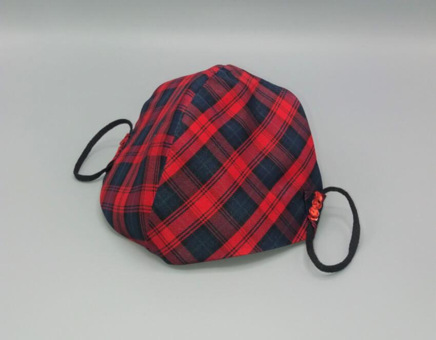 primo-piano-mascherina-seta-scozzese-rosso-nera-perline