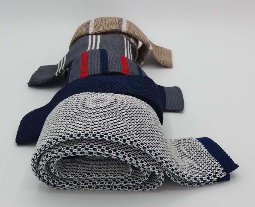 quattro-cravatte-in-tricot-arrtolate-primo-piano