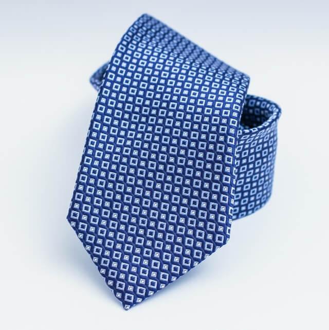 primo-piano-cravatta-azzurra-arrotolata
